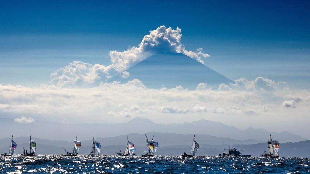 470 podczas regat w Tokio z Górą Fuji w tle. Zdjęcia: World Sailing